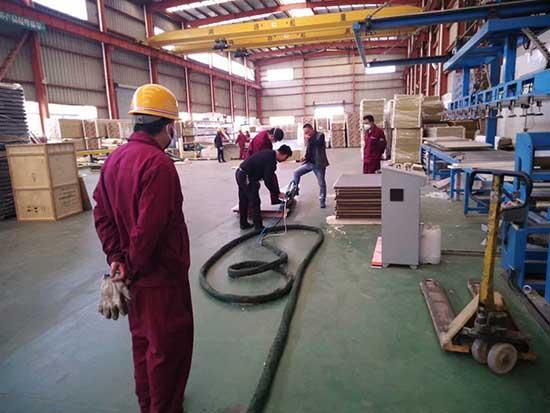 防盗门空腔填充小型聚氨酯发泡机施工案例